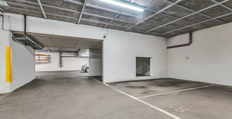 Det medfølger én garasjeplass i felles underjordisk garasjeanlegg, hvor man har heisadomst direkte ned til garasjen fra boligetasjen
