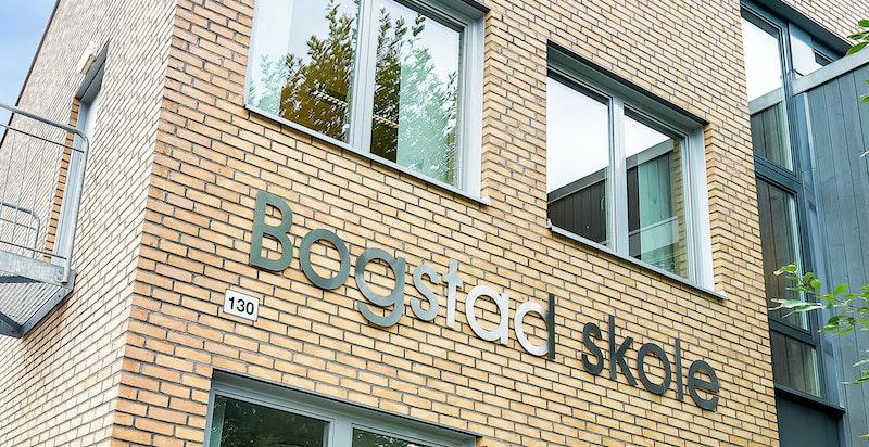 Den svært populære Bogstad skole ligger som nærmeste nabo til sameiet