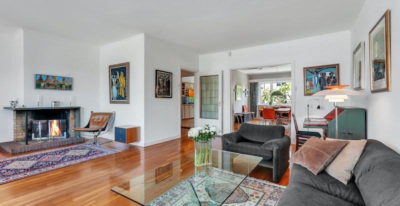 Husets hovedetasje er på hele 87 kvm og inneholder stue med peis, spisestue, kjøkken, trappehall