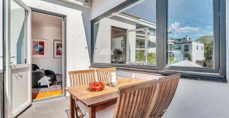 Fra stuen har man utgang til vestvendt veranda på  ca. 8 m²