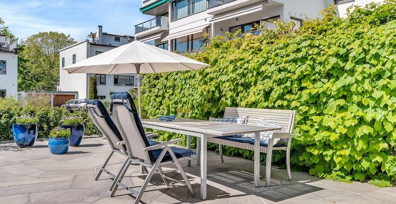 Terrassen er vendt vestover og har flotte solforhold