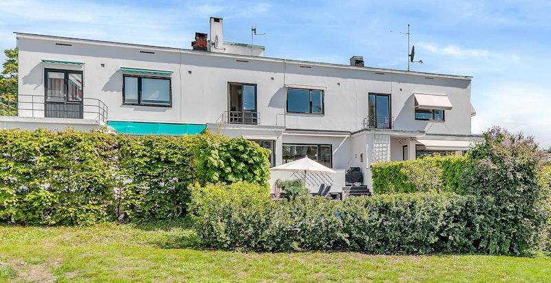 Denne boligen har en flott intern beliggenhet med svært gode solforhold, godt tilbaketrukket fra veien i rolige og barnevennlige omgivelser