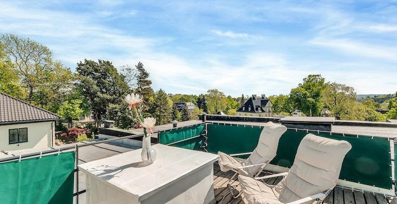 Den private takterrassen på ca. 12 m² har sol hele dagen og flott utsyn
