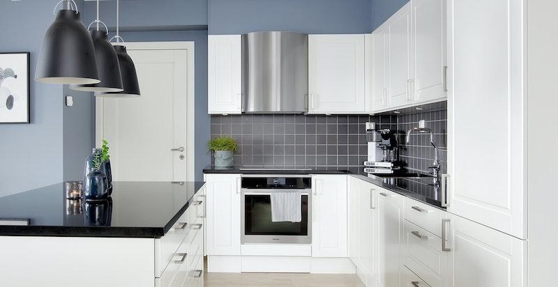 Lekkert kjøkken i høy kvalitet fra HTH med stenplate og integrerte hvitevarer fra Miele