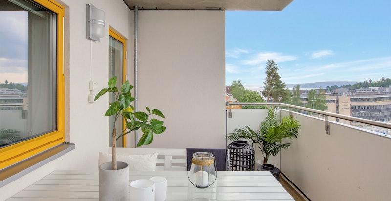Stor vestvendt og overbygget balkong med sjøutsikt og svært gode solforhold
