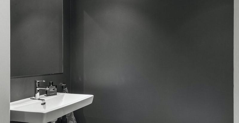 Separat wc med inngang fra gangen.