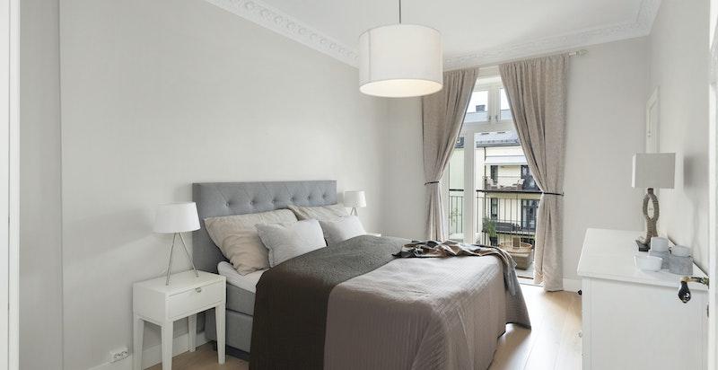 Hovedsoverom: Stort og deilig soverom med inngang til baderom og utgang til balkong. Vender inn mot rolig bakgård.