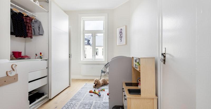 Soverom II/Barnerom:  Praktisk og fint rom, vender inn mot bakgård. Direkte tilgang til bad.