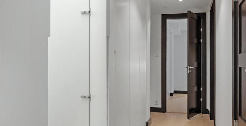 Walk-in-garderobe. Garderoben er plassbygget og er designet av Helene Hennie.