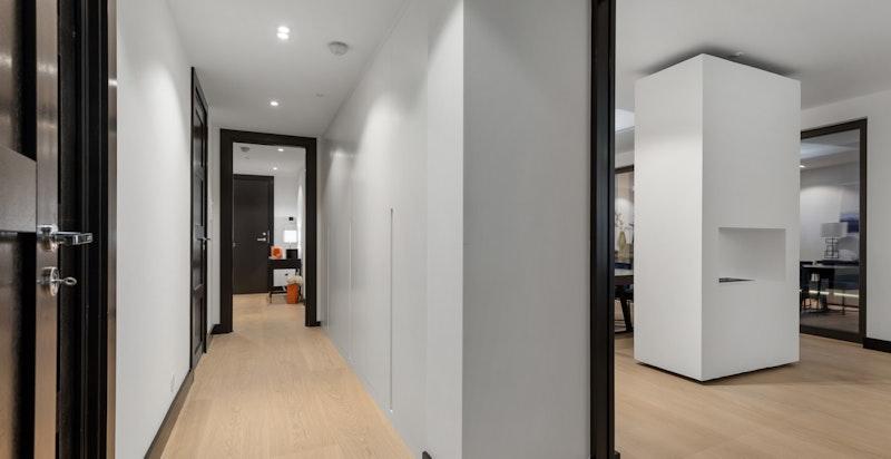 Innbydende walk-in-garderobe og entré/gang