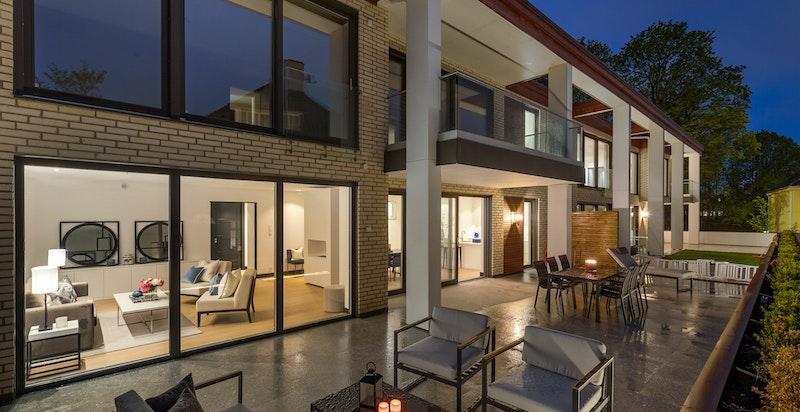 Fasade. Stor terrasse med plass til flere møbleringssoner.
