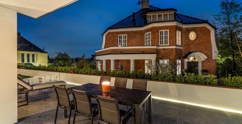 Stor terrasse med plass til flere møbleringssoner.