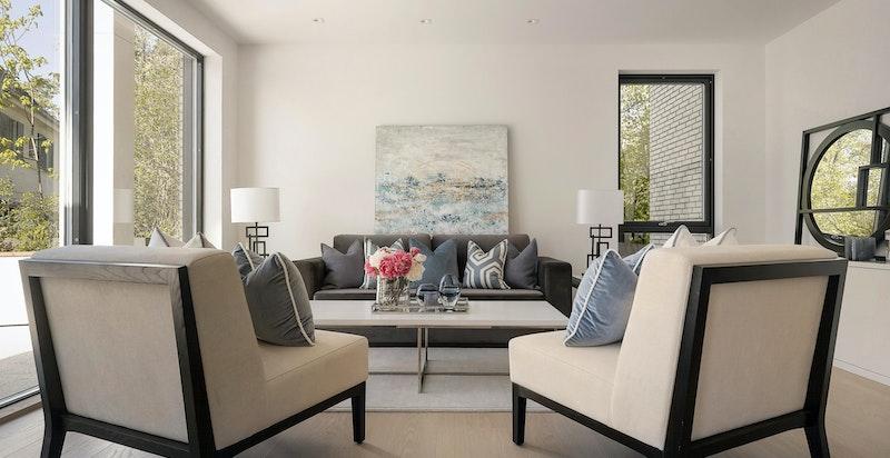Lys og luftig stue med utgang til stor terrasse.