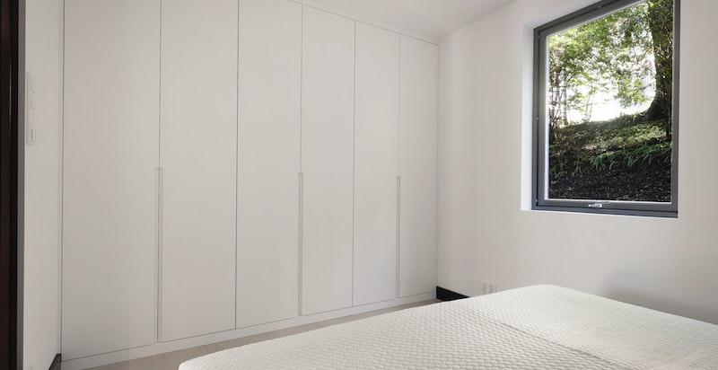 Plassbygget garderobe også på soverom II. Garderobe designet av Helene Hennie.