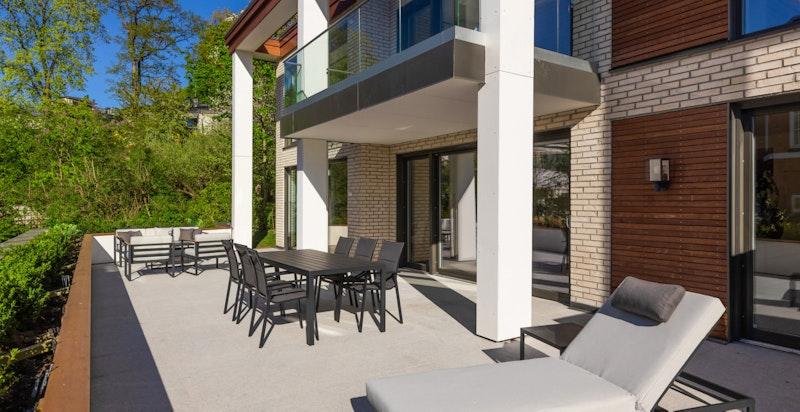 Fra boligens oppholdssone er det utgang til stor terrasse og hage.
