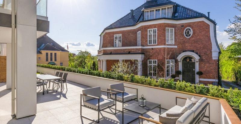 Fra boligens oppholdssone er det utgang til stor terrasse.