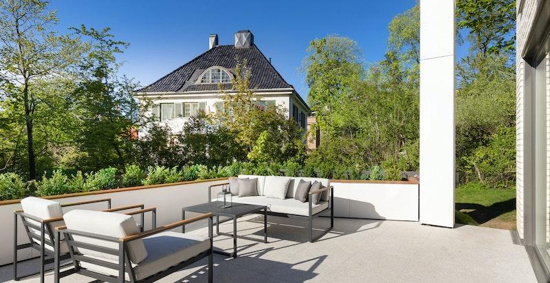 Stor terrasse, som videre har utgang til hage.
