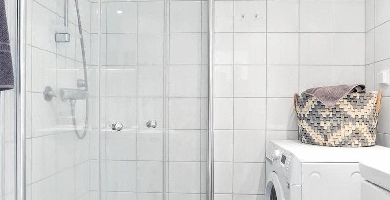 Bad med suj, wc og vaskemaskin