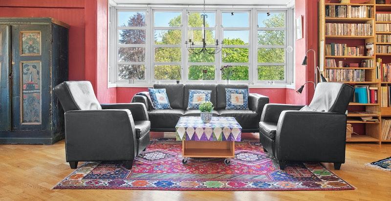 Romslig stue med store vindusflater skaper en fin atmosfære