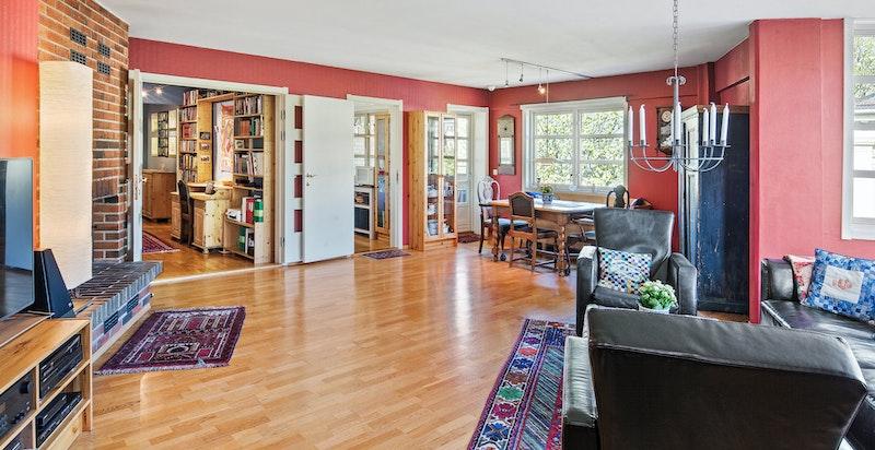 Stuen kan enkelt innredes med sofagruppe og spisebord