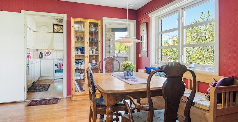 Stuen har rikelig med plass til spisebord