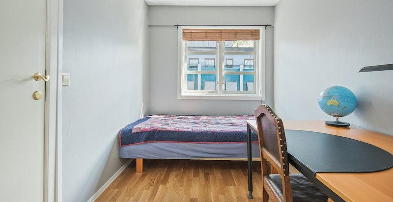 Det er totalt tre soverom i leiligheten.
