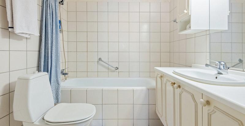 Flislagt bad oppvarmet med varmekabler i gulv.