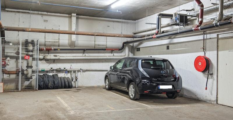 Det medfølger én parkeringsplass i garasjeanlegg i byggets kjelleretasje.