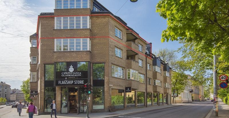 Leiligheten (markert i rødt) ligger i byggets 4. etasje.