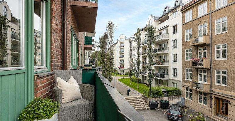 Østvendt balkong med morgen- og formiddagssol. Utstyrt med varmekabler