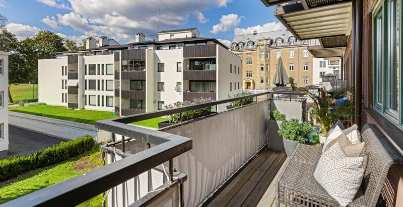 Vestvendt balkong med ettermiddags- og kveldssol