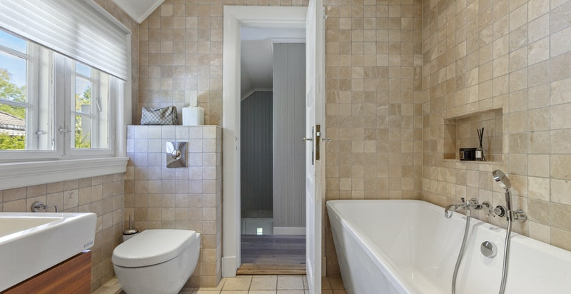 Begge baderommene har både dusjnisje og badekar.