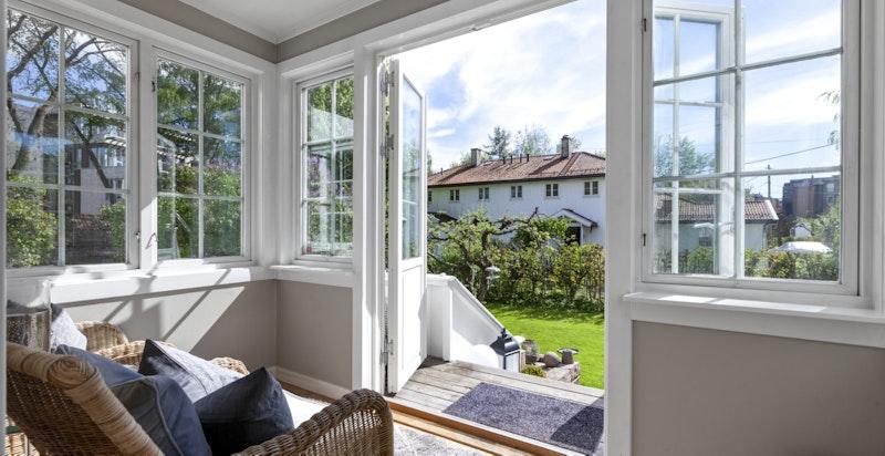 Fra stuen har du direkte utgang til boligens hage.