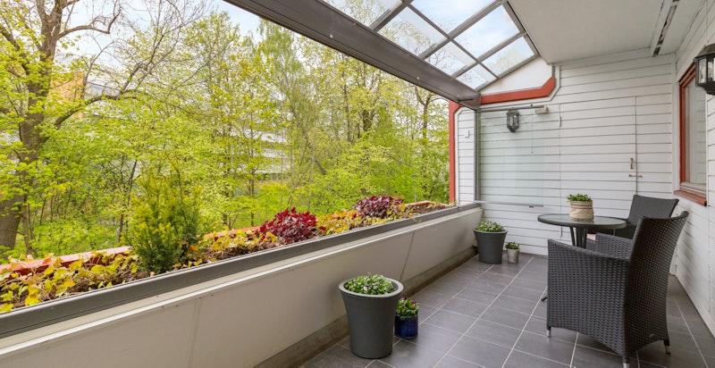 Fra stuen er det utgang til stor og overbygget terrasse. Praktisk bod i enden.
