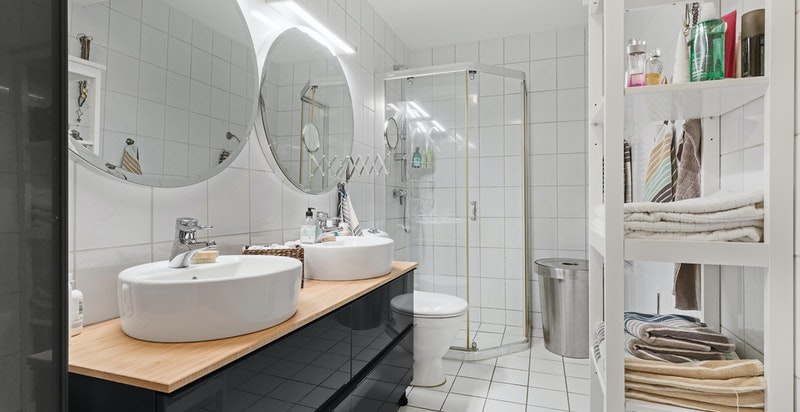 Varme i gulv, dobbel servant, dusjhjørne, opplegg for vaskemaskin og tørketrommel.
