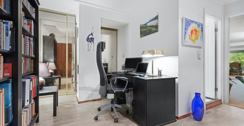 Hall/kontorplass. i Bakkant er det garderoberom med diverse innredning og plass for evt. ekstra kjøleskap/fryser. Meget praktisk.