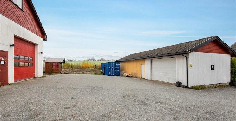 -Frittstående garasje og rikelig med parkeringsareal-
