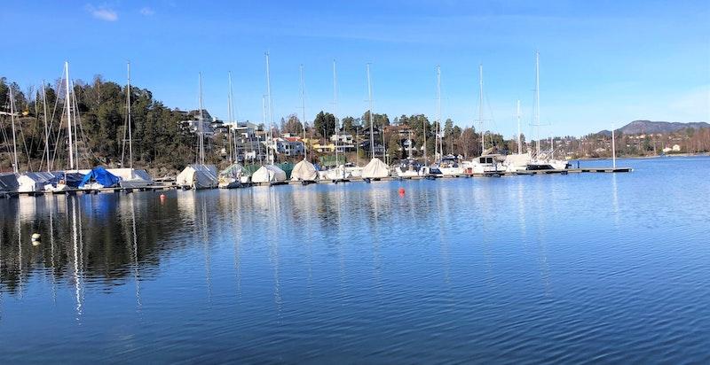 Velkommen til Nesbukta 6 - Nytt funkis enderekkehus rett ved sjøen med hage og takterrasser. Familiebolig med 4 soverom, 2 bad og 2 garasjeplass.