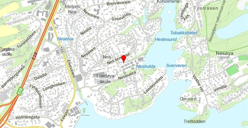 Eiendommen ligger idyllisk til i maritime omgivelser på Nesbukta/Holmen med umiddelbar nærhet til fjord og strand. Her finner du alt fra naturopplevelser og kultur til sport og shopping.