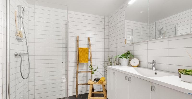 Lekkert bad med dusj og opplegg for vaskemaskin