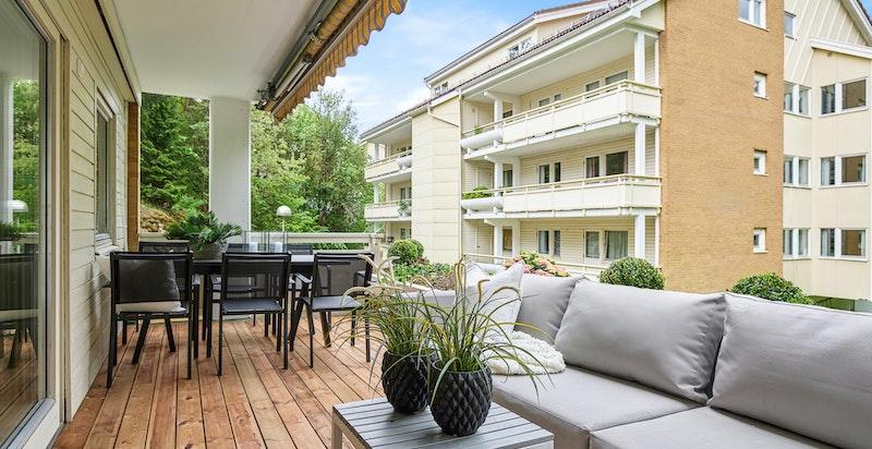 Stor terrasse på 15 m² med plass til utemøbler