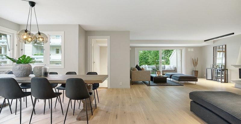 Stor romslig stue i åpen løsning mot spisestuen