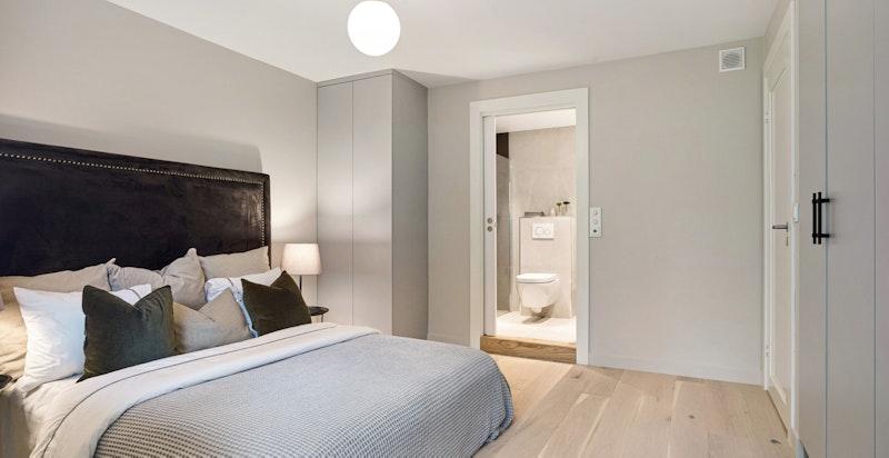 Hovedsoverommet har god plass til innredning og adkomst til eget baderom
