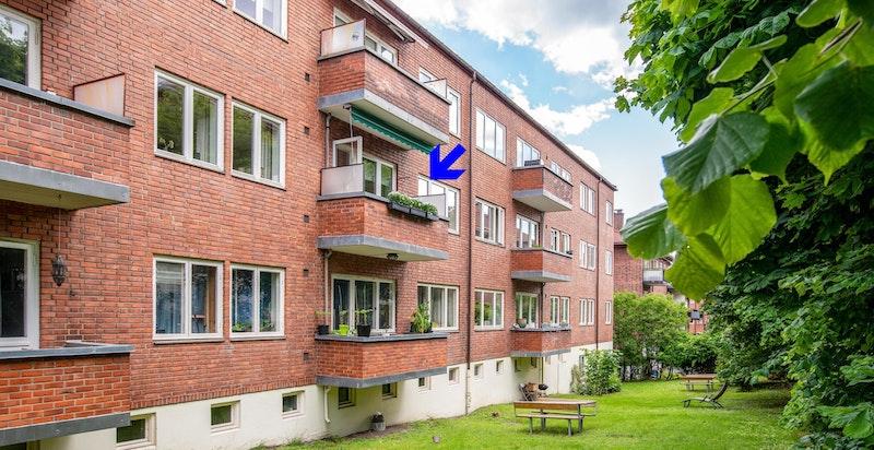 Boligen har en god intern beliggenhet i byggets 2. etasje vendt mot stille bakhage