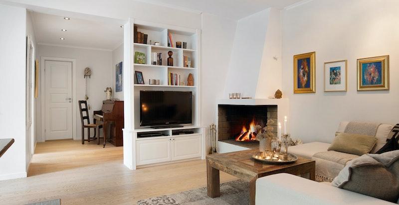 Hyggelig åpen stue med peis