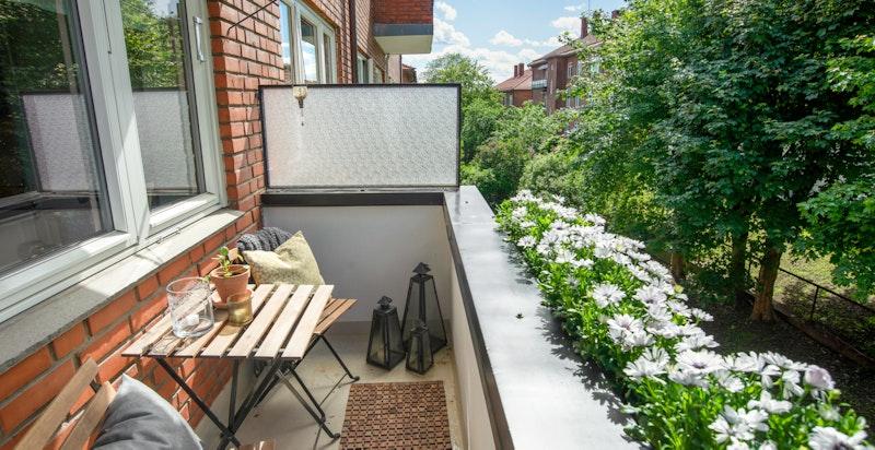 Solrik vestvendt balkong ut fra kjøkkenet/spisestuen