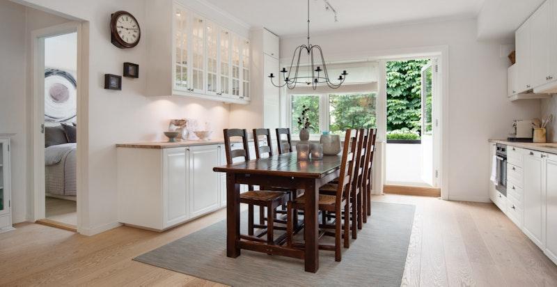 I åpen løsning fra stuen finner man det romslige kjøkkent/spisestuen