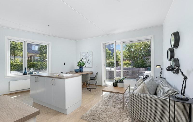 Stue/kjøkken med god takhøyde på 2,7 meter og utgang til terrasse
