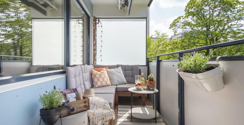 Balkongen ligger med utgang fra stuen og har plass til forskjellig type møblering.