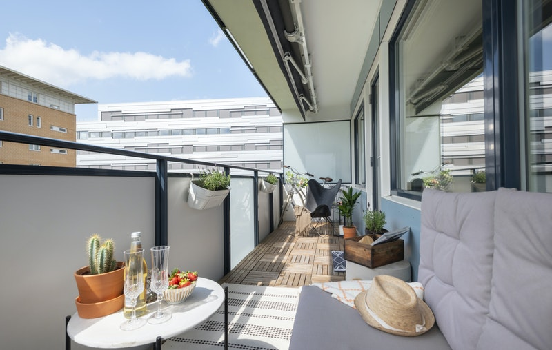 Leiligheten har en solrik balkong og flott utsyn